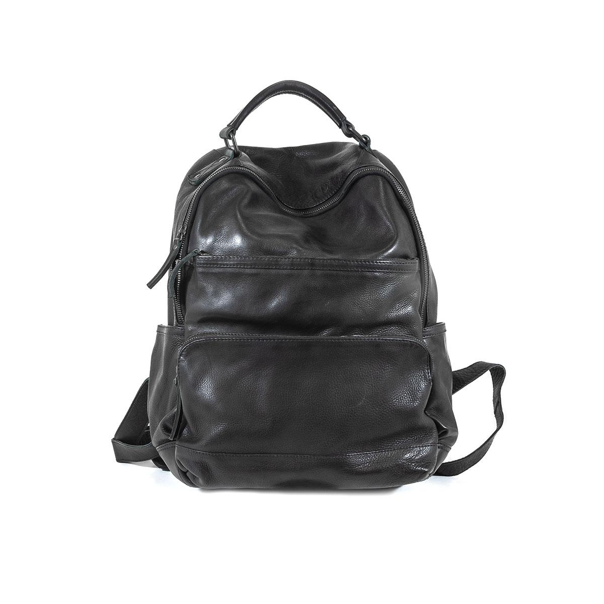 f743d18b292 Mannelijk model met zwarte rugzak Bear Design Leer