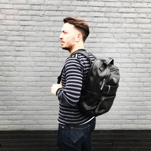 Mannelijk model met zwarte rugzak Bear Design Leer
