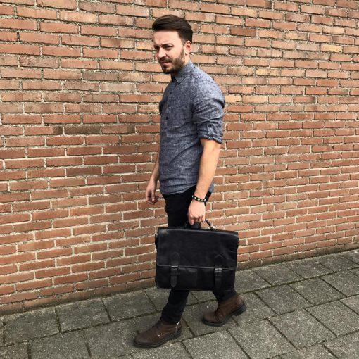Mannelijk model met zwarte aktetas Bear Design Leer